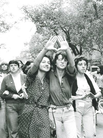 Dues dones fent el signe feminista en una manifestació contra la violència masclista a Barcelona organitzada per la Coordinadora Feminista