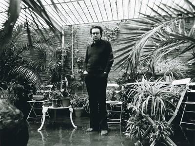 Antoni Tàpies al jardí del seu estudi