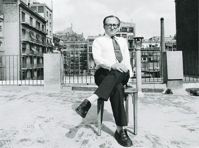Pere Calders al terrat de l'editorial Muntaner i Simón