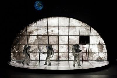 Amb els peus a la lluna. Teatre Lliure. Grec 2010 Festival de Barcelona (34è).