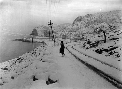 Un home a la Costa del Garraf nevada