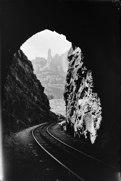Via del funicular de Montserrat a l'entrada d'un túnel