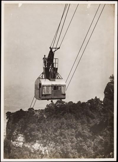 Un home dalt de la cabina del Funicular aeri de Sant Jeroni de Montserrat