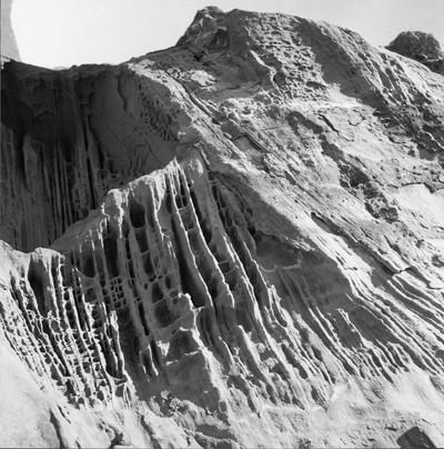 Roca de la muntanya de l'ermita de la Mare de Déu de la Roca, a Mont-roig del Camp