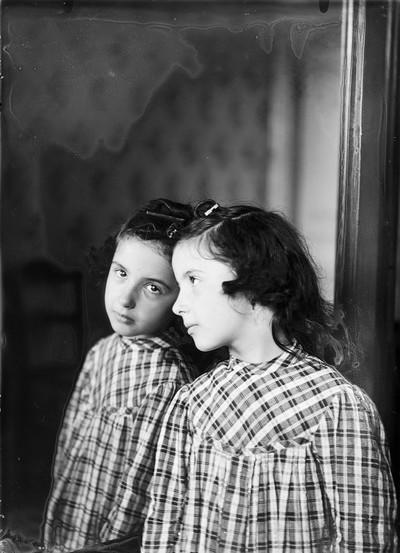 Retrat de Conxita Puig i Molgosa davant d'un mirall