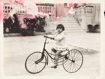 Retrat de Conxita Castells en una bicicleta