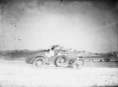 Circulació d'un automòbil a alta velocitat