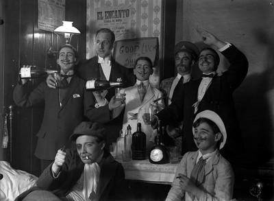 Retrat d'homes i joves disfressats a una celebració humorística