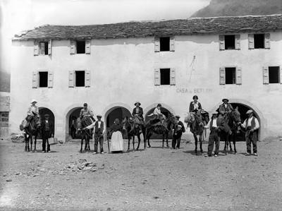 Hermenter Serra de Budallés entre un grup d'excursionistes davant la Casa de Betlem o dels Cerdans