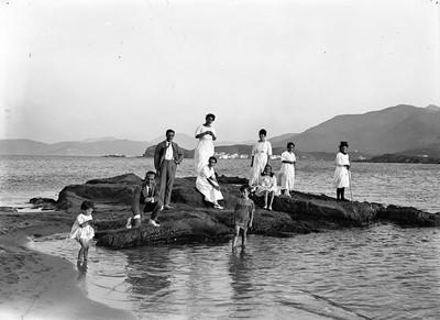 Retrat familiar a la platja Grifeu de Llançà