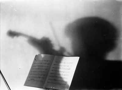 Partitura amb l'ombra del violinista intèrpret