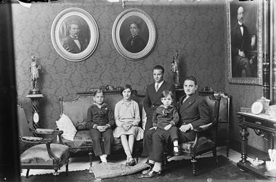 Maria de Budallés Colom i els seus fills Pepa Maria i Bartomeu Serra de Budallés al parc de la Ciutadella, a Barcelona