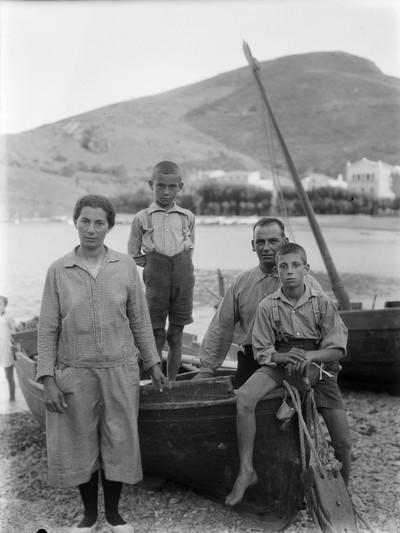 Retrat d'una família de pescadors a Portbou