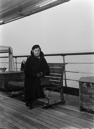 Retrat de Maria de Budallés a bord d'un vaixell