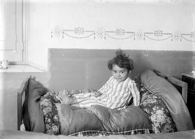 Filla de Ramon Claret i Consuelo Campillo al llit.