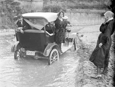Parella dins un automòbil aturat a un riu.