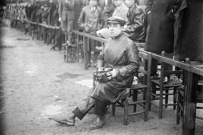 El fotògraf Joan Bert a un camp d'esports sota la pluja.