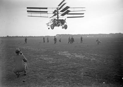 Enlairament de l'helicòpter Pescara en proves a l'aeròdrom del Prat de Llobregat.
