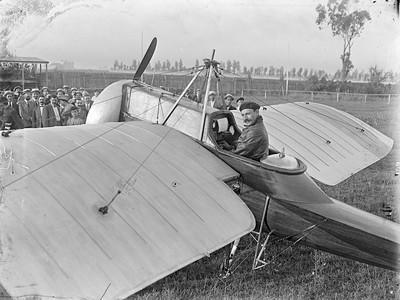 Retrat de Salvador Hedilla a bord del seu avió Monocoque Hedilla II