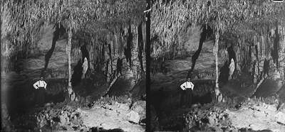 Retrat d'un home a l'interior de les Coves del Drac
