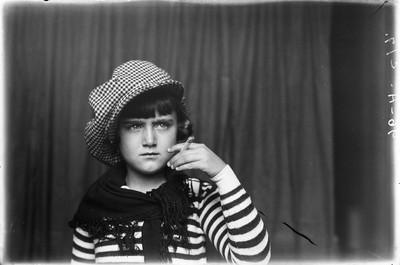 Retrat de la nena Nati Tejedor amb una cigarreta