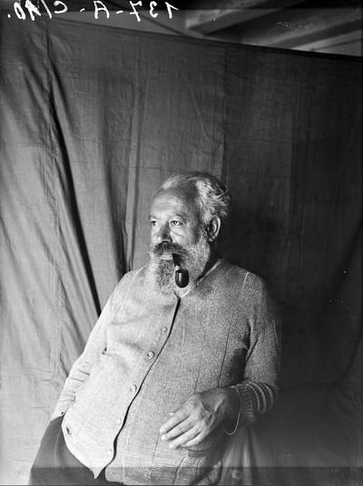 Retrat d'home amb pipa