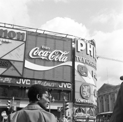 Hombre en el cruce de Picadilly Circus. Londres